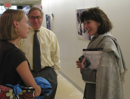 Leah Devlin, DDS, MPH, a Gilling Visiting Professor, chats with a student.