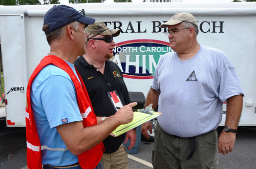 Bill Gentry, left, confers with two CPDM alumni.