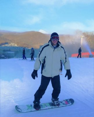 Amro tries out snowboarding.
